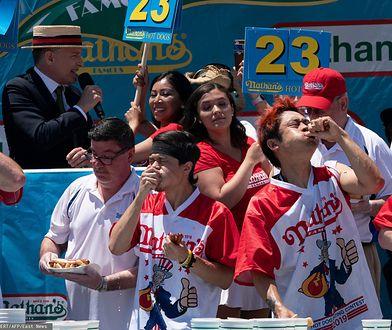 Konkursy jedzenia na czas są popularne w USA. Na zdjęciu uczestnicy zawodów w jedzeniu hot-dogów