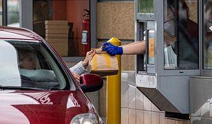 Głównymi klientami fast foodów są osoby w wieku od 25 do 34 lat.