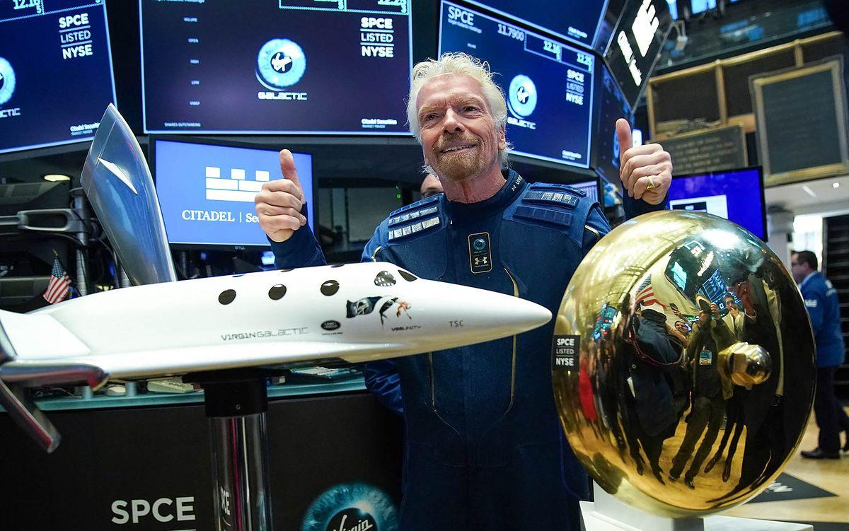 Richard Branson wraz z modelem swojego statku.
