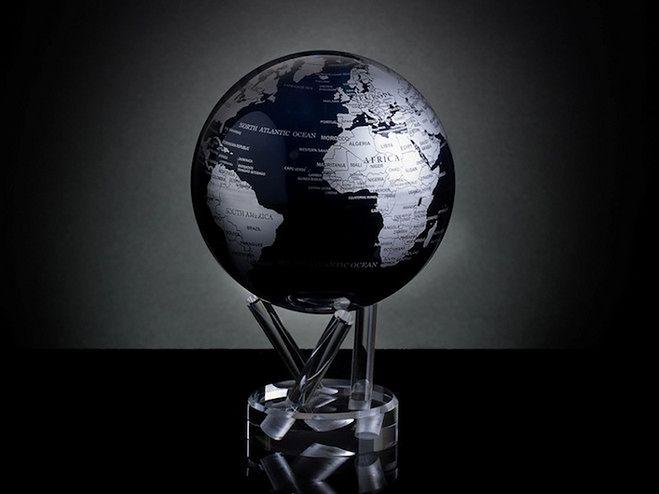 Samoobracający się globus z satelitarną mapą