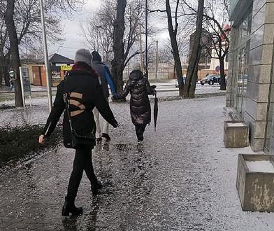 Grad nawiedził Warszawę. Zdjęcia otrzymaliśmy od naszych czytelników za pośrednictwem formularza #dziejesię.