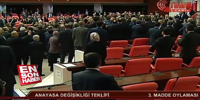 Turcja: Bójka w parlamencie