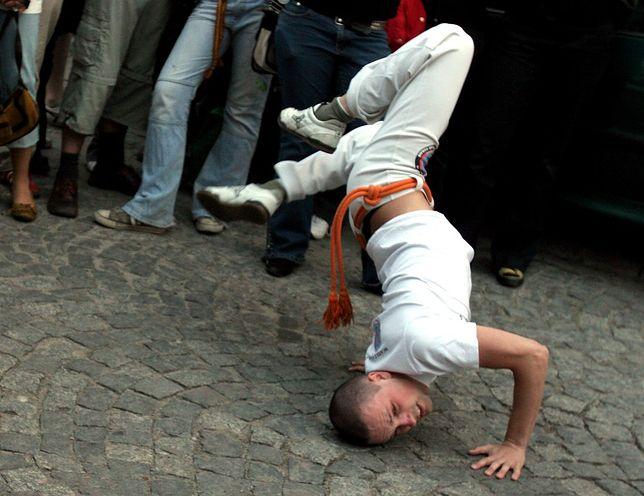 Capoeira to akrobatyczna sztuka walki, w której przeciwnika pokonuje się sprytem, a nie siłą fizyczną.