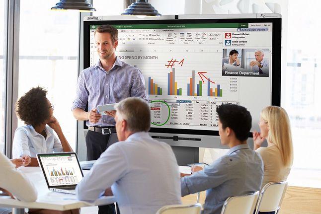 Newline TRUTOUCH X6 – monitor interaktywny podczas prowadzenia wideokonferencji i pracy grupowej z arkuszem kalkulacyjnym.