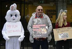 Protesty, 72-letnia modelka, dziwne nakrycia głowy. Londyński Tydzień Mody dobiegł końca