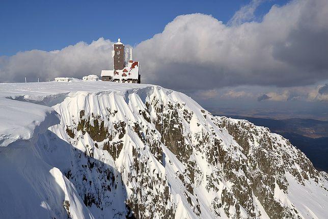 Karkonosze. W Śnieżnych Kotłach nadal leży śnieg. O tej porze roku, gdy przyświeca już wiosenne słońce i temperatura rośnie, robi się niebezpiecznie. Lawiny mogą spadać w każdej chwili
