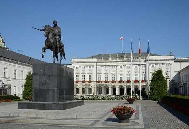 Pomnik ofiar katastrofy smoleńskiej stanie przed Pałacem Prezydenckim?