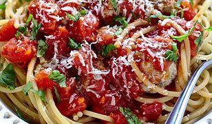 Makaron spaghetti z klopsikami w sosie pomidorowym. Ekspresowe danie