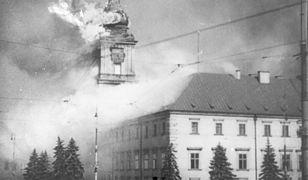 Płonący Zamek Królewski po ostrzale przez artylerię niemiecką 17 września 1939