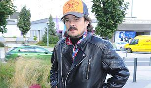 Dawid Ogrodnik ustawił się w kolejce przed sklepem