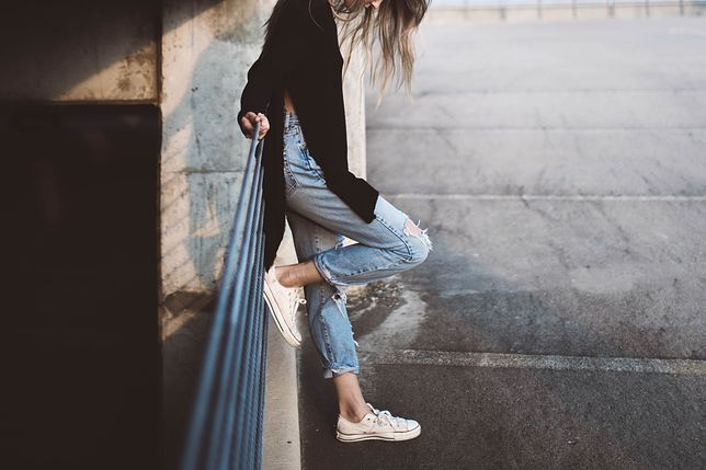 Wysoki stan spodni dobrze wygląda np. z tuniką z rozcięciami po bokach