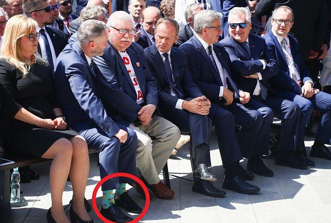 Jarosław Wałęsa uatrakcyjnił swój strój kolorowymi skarpetami