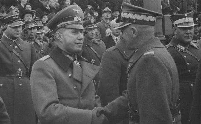 Marszałek Edward Rydz-Śmigły wita się z attache wojskowym Niemiec pułkownikiem Bogislavem von Studnitzem podczas Święta Niepodległości, 1938 r.