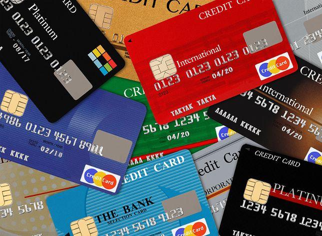 Zagrożenia przy płaceniu kartą, niebezpieczne kierunki turystyczne i nowe przepisy dla kierowców