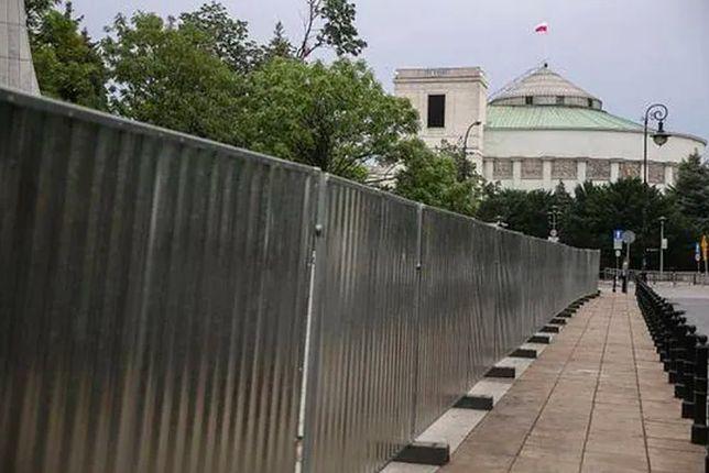 Warszawa. Sejm będzie jeszcze szczelniej oddzielony od ulicy. Rozstrzygnięty został przetarg na postawienie 2,5-metrowego ogrodzenia ze stalowych prętów