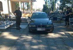 Pijany jeździł BMW po cmentarzu w Opatówku