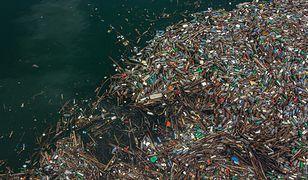 Plama śmieci dryfująca po oceanie