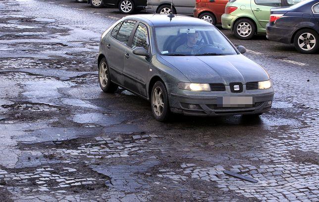 Włoscy kierowcy chodzą za darmo do fizjoterapeutów – wszystko przez dziurawe drogi