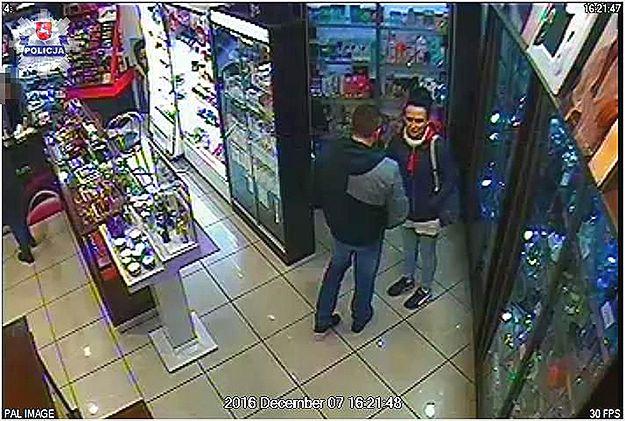 Lublin: odwrócili uwagę ekspedientki i ukradli utarg perfumerii. Policja prosi o pomoc