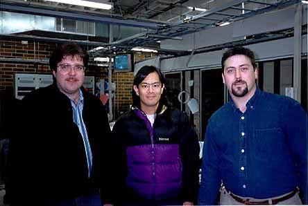 Ta trójka zniszczyła Kevina Mitnicka. Od lewej: znienawidzony dziennikarz John Markoff, specjalista od spraw zabezpieczeń Tsutomu Shimomura i technik telekomunikacyjnej firmy Sprint – Jim Murphy. (Źródło: http://www.i-slownik.pl/934,mitnick-kevin/)