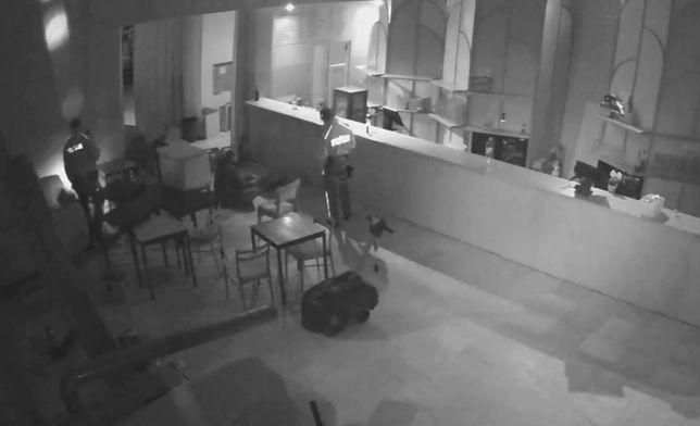 Warszawa. Włamali się do restauracji. Na widok policji udawali, że śpią