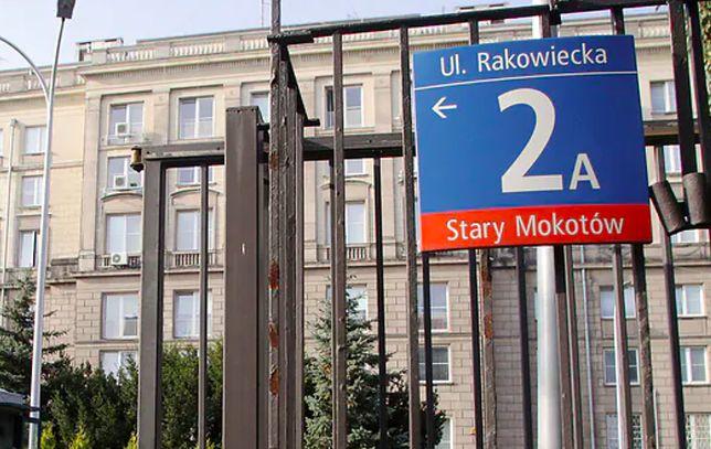 Warszawa. Dramatyczny wypadek na ulicy Rakowieckiej na Mokotowie. Z okna na czwartym piętrze siedziby ABW wypadł człowiek