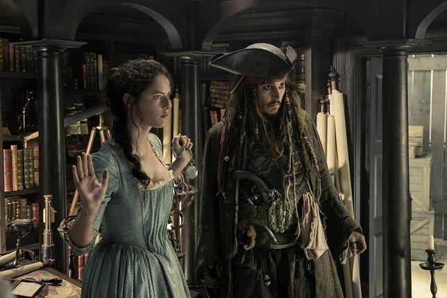 """Kaya Scodelario i Johnny Depp w filmie """"Piraci z Karaibów. Zemsta Salazara"""""""