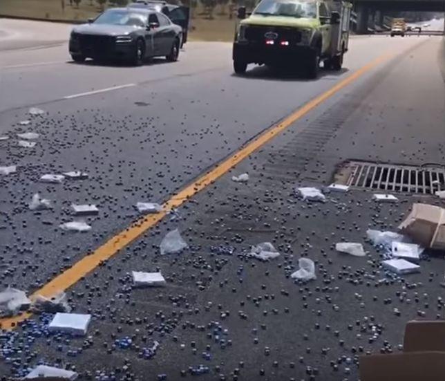 Pickup z kośćmi do gry zrzucił pół ładunku na autostradę. Prawdopodobnie pobił rekord