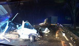 Siła uderzenia była tak duża, że kabina busa została rozbita na części.