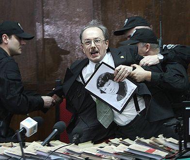 Adam Słomka, wyprowadzany przez policję z sali sądowej