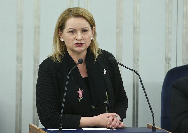 Senatorka PO Barbara Zdrojewska przemawia na sali obrad w Senacie w 30 stycznia 2016 roku