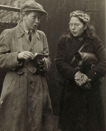 Hannie Schaft (z lewej) i Truus Oversteegen