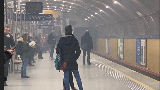 Przez stację metra Wierzbno przejechał dymiący się wagon.