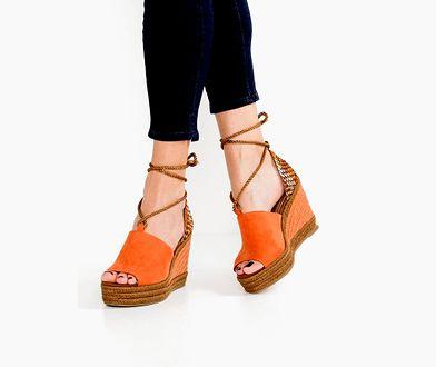 Sandały na koturnie to połączenie wygody i stylu w letnim wydaniu