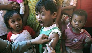 Szczepienie dzieci w jednym z muzułmańskich krajów Dalekiego Wschodu