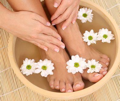 Domowa kąpiel z solą lub olejkami to świetny sposób na zadbane stopy