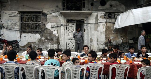 Wspólny posiłek w obliczu śmierci. Niezwykłe zdjęcia obiegły świat