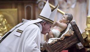 Papież Franciszek ma salon fryzjerski i nie płaci pracownikom