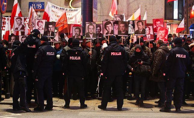 Rocznica stanu wojennego: marsz KOD i kontrmanifestacja w centrum stolicy [GALERIA]
