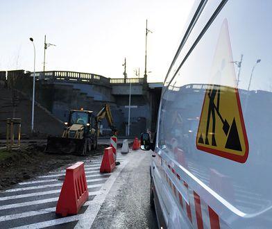 Warszawa. Prace remontowe przy wjeździe na most Poniatowskiego