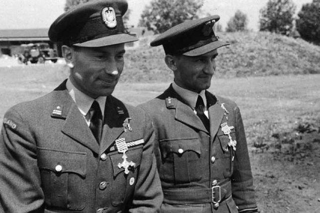 Kapitan Tadeusz Kotz (z prawej) po dekoracji brytyjskim Distinguished Flying Cross. Czerwiec 1943 roku
