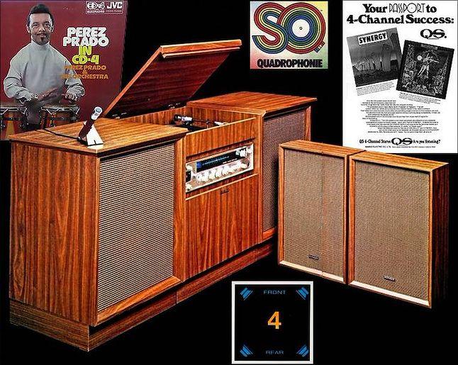 """Mebel do odtwarzania muzyki z najwcześniejszej ery kwadrofonii, czyli radiogramofon z 2 wbudowanymi głośnikami a'la """"soundbar"""" i 2 dodatkowe kolumny"""