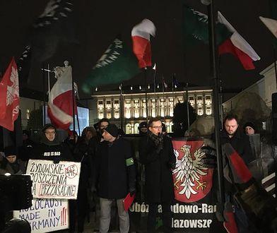 Manifestacje przed Pałacem Prezydenckim. Naprzeciwko siebie narodowcy i Obywatele RP