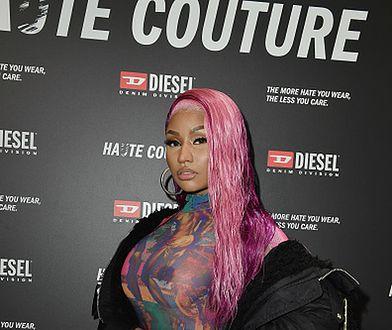 Nicki Minaj w kolorowym kombinezonie. Gwiazda pokazała biust