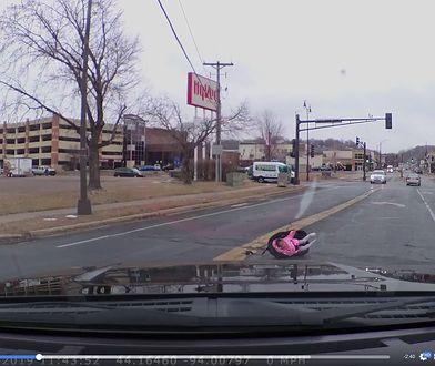 USA: Dziecko wypadło z jadącego samochodu. Matka źle przypięła fotelik