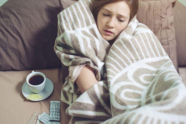 Pierwsze objawy zakażenia koronawirusem są bardzo podobne do przeziębienia.