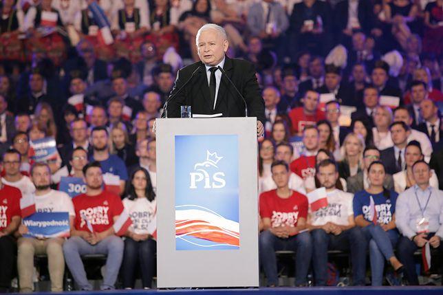 """""""Dziękujemy!"""". Hat-trick Jarosława Kaczyńskiego na konwencji PiS. Tymi obietnicami przebił wszystkich"""