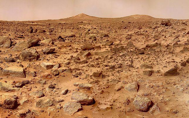 Krąży nad powierzchnią Marsa i fotografuje. Takich zdjęć jeszcze nie było