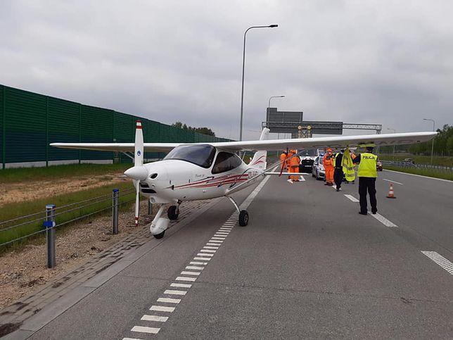 Awaryjne lądowanie na autostradzie. Służby w akcji