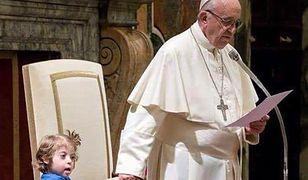O geście Franciszka mówi cały świat